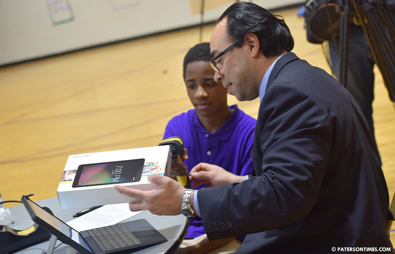 paterson-students-get-tablets